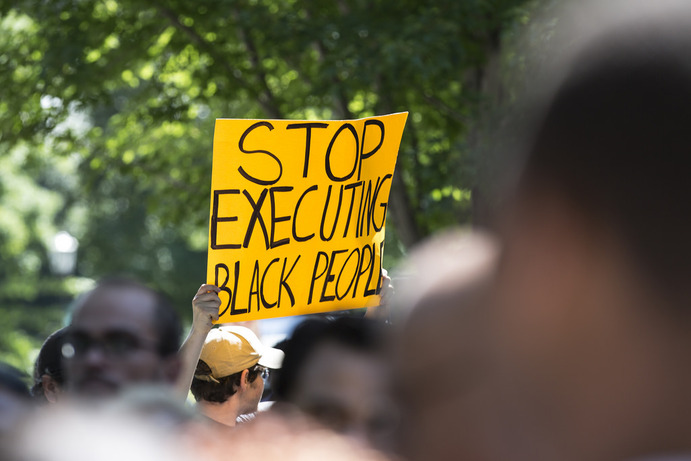 At a rally following the death of Philando Castile, protestors urge police to 'stop executing black people'. Vierzba argues that new counterprotests, such as the 'All Lives Matter'-movement, is the wrong way to go.
