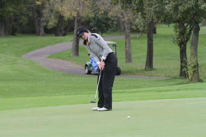 Junior Ellie Brandt lines up a put during the MIAC Championships in the fall. The team competed strongly at the Carleton Invite, finishing in fourth place.